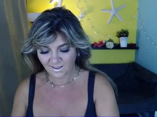 malena_mi blonde cam girl with shaved pussy doesn't spare her booty