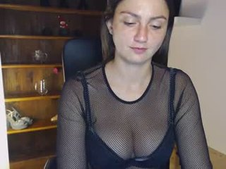 taralanes brunette white cam babe wants her pussy stretched