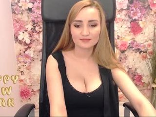 looouise blonde cam girl with shaved pussy doesn't spare her booty