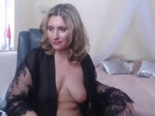 cris_sunny mature cam babe rubs her shaved pussy in camera