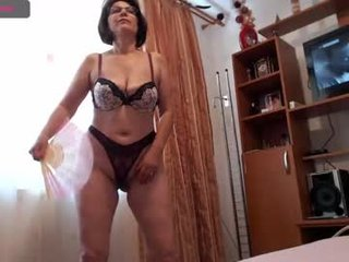 elacoquette mature cam babe rubs her shaved pussy in camera