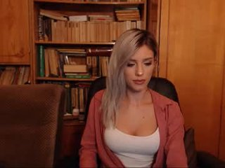 i_am_sarahxxx cam girl puts a toy so deep that you can not imagine